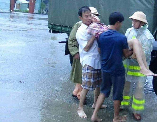 CSGT Quảng Nam vượt lũ đưa người dân đi cấp cứu - Ảnh 1