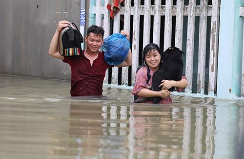 """Quốc lộ 1A qua Quảng Nam """"tê liệt"""", người dân dùng bè tự chế """"bơi"""" trên phố - Ảnh 2"""