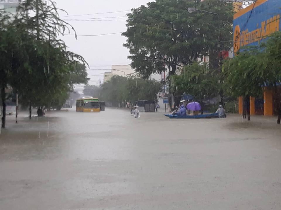 """Quốc lộ 1A qua Quảng Nam """"tê liệt"""", người dân dùng bè tự chế """"bơi"""" trên phố - Ảnh 3"""