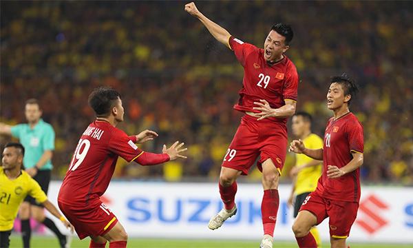 """Tiền vệ Huy Hùng nhận 1 tỷ đồng tiền thưởng sau màn """"xé lưới"""" Malaysia - Ảnh 1"""