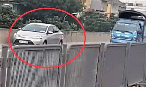 Lùi xe ở đường vành đai 3 trên cao, tài xế bị tước giấy phép lái xe - Ảnh 1