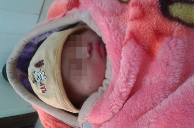 Tin tức thời sự 24h mới nhất ngày 21/12/2018: Bé sơ sinh còn nguyên dây rốn bị bỏ rơi lúc rạng sáng ở Hà Nội - Ảnh 1
