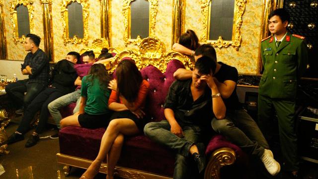 """Tình tiết sốc vụ """"tiệc ma túy"""" ở Hà Tĩnh: Cô giáo đưa 10 viên ma túy vào quán karaoke - Ảnh 1"""