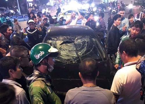 """Hà Nội: """"Xe điên"""" gây tai nạn trên phố Trần Duy Hưng, 2 bà bầu nhập viện - Ảnh 1"""