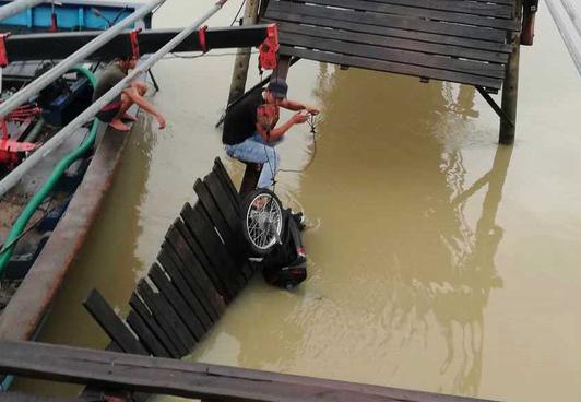 Sập cầu ở Nha Trang, 4 người rơi xuống sông - Ảnh 1