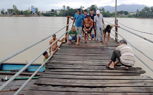 Sập cầu ở Nha Trang, 4 người rơi xuống sông - Ảnh 2