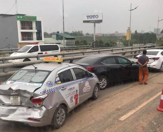 4 ô tô tông liên hoàn do đống đất trên đường ra sân bay Nội Bài - Ảnh 1