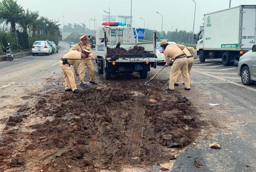 4 ô tô tông liên hoàn do đống đất trên đường ra sân bay Nội Bài - Ảnh 2