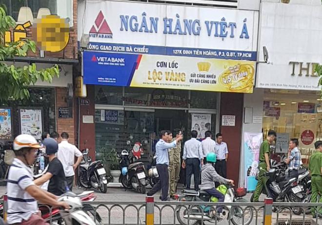 Nhân chứng bàng hoàng kể lại giây phút nghi phạm xông vào cướp ngân hàng ở TP.HCM - Ảnh 1