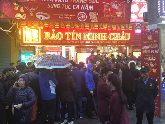 Ngày vía Thần Tài: Đội mưa, xếp hàng từ 5h sáng chờ mua vàng - Ảnh 1