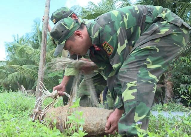 Phát hiện quả bom nặng 150kg trong vườn nhà dân - Ảnh 1