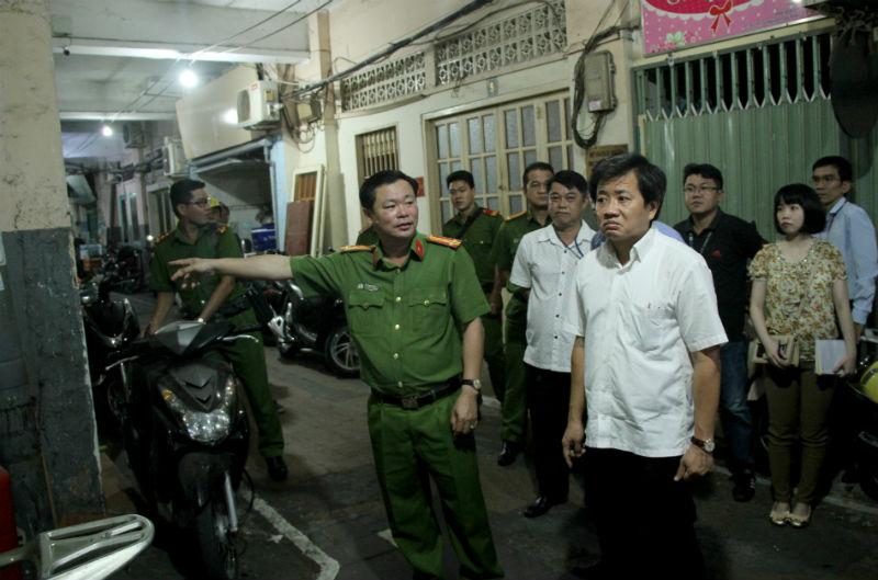 Ông Đoàn Ngọc Hải kiểm tra PCCC lúc nửa đêm - Ảnh 1