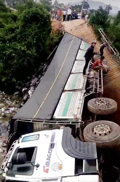 Video: Ô tô tải 18 tấn gây sập cầu ở Lâm Đồng - Ảnh 1