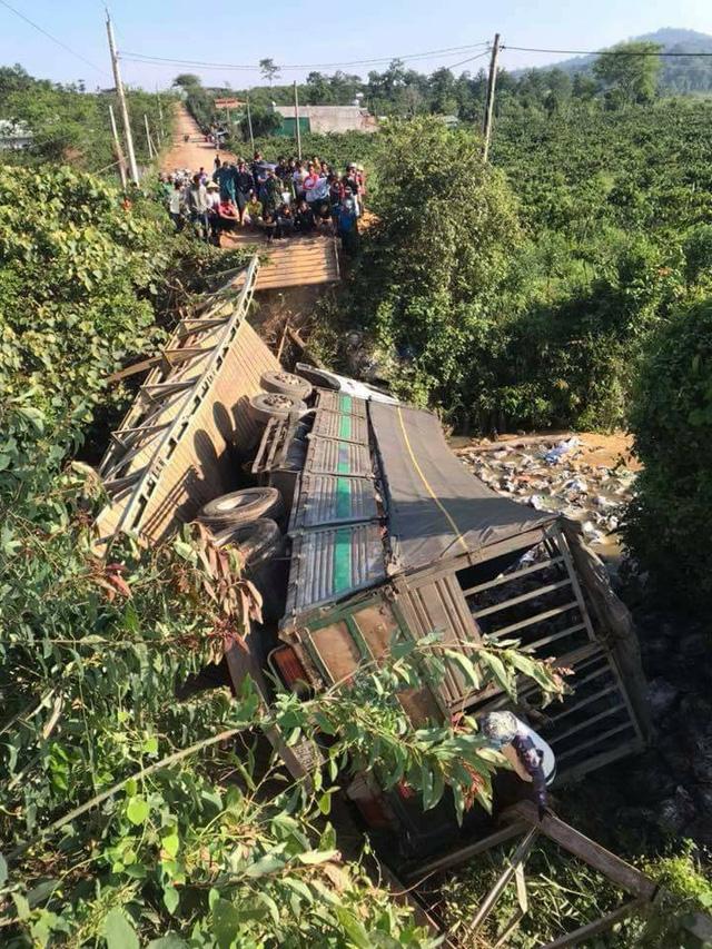 Video: Ô tô tải 18 tấn gây sập cầu ở Lâm Đồng - Ảnh 2