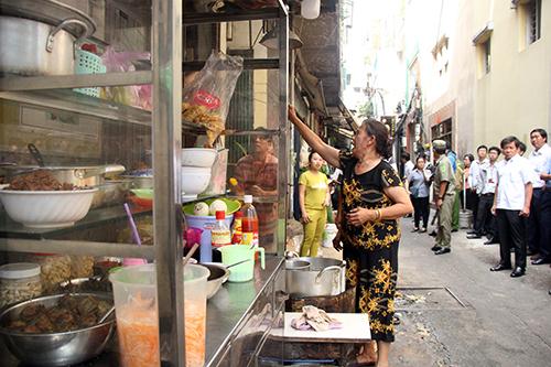 Ông Đoàn Ngọc Hải kiểm tra chợ 150 năm tuổi ở Sài Gòn - Ảnh 1