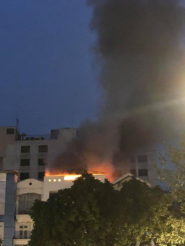Hà Nội: Cháy nổ kinh hoàng ở cửa hàng quần áo - Ảnh 1