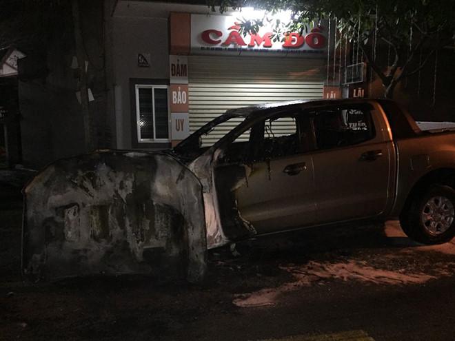 Sau tiếng nổ lớn, ô tô bán tải bị thiêu rụi - Ảnh 1