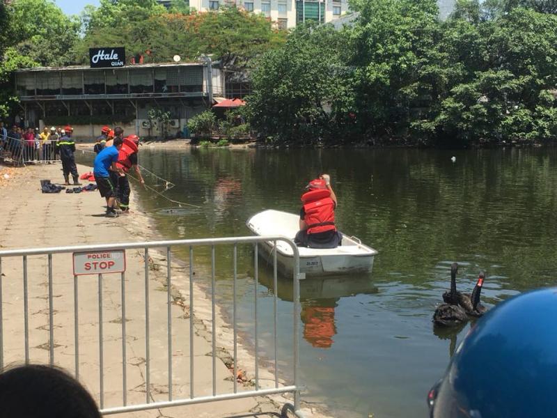 Hà Nội: Lao xuống hồ Thiền Quang cứu cháu, cụ ông đuối nước tử vong - Ảnh 1