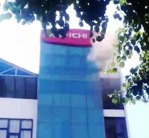 Đà Nẵng: Giữa trưa nắng, hỏa hoạn thiêu rụi tầng 5 công ty bảo hiểm - Ảnh 1