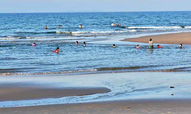 Tắm biển, 2 nam sinh đuối nước tử vong - Ảnh 1