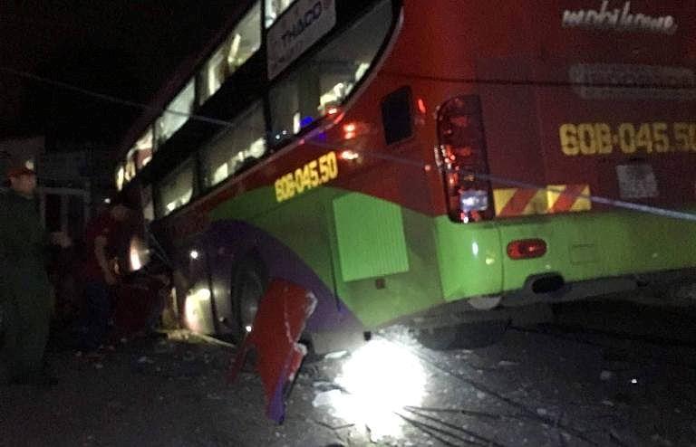 Xe khách tông xe tải, 20 hành khách mắc kẹt hoảng loạn kêu cứu - Ảnh 1