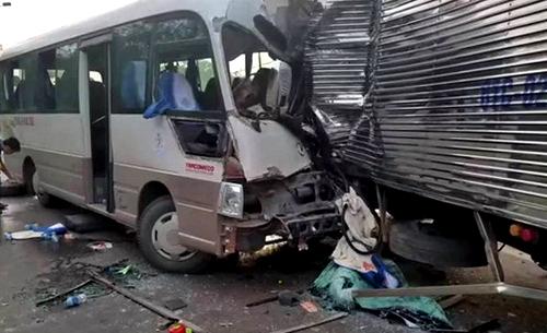 Xe khách đâm nát đầu ô tô tải, 18 người bị thương - Ảnh 1