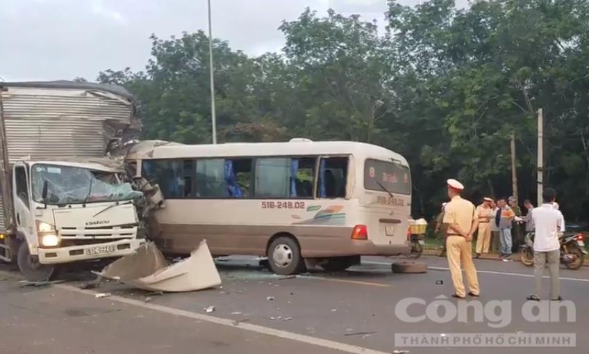 Xe khách đâm nát đầu ô tô tải, 18 người bị thương - Ảnh 2