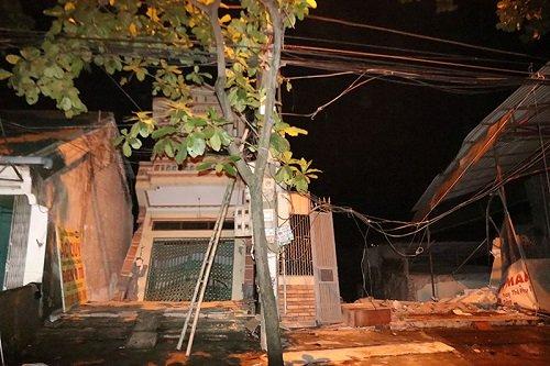 Sau tiếng nứt gãy lơn, 5 ngôi nhà cao tầng ở Hòa Bình đổ xuống sông Đà - Ảnh 1