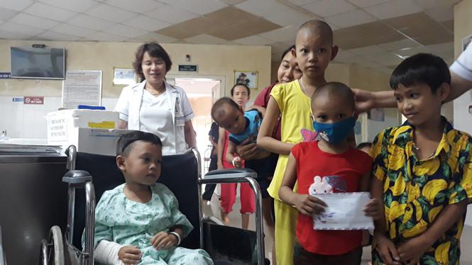 2 cháu bé sống sót trong vụ tai nạn 13 người chết được hỗ trợ gần 5 tỷ đồng - Ảnh 1