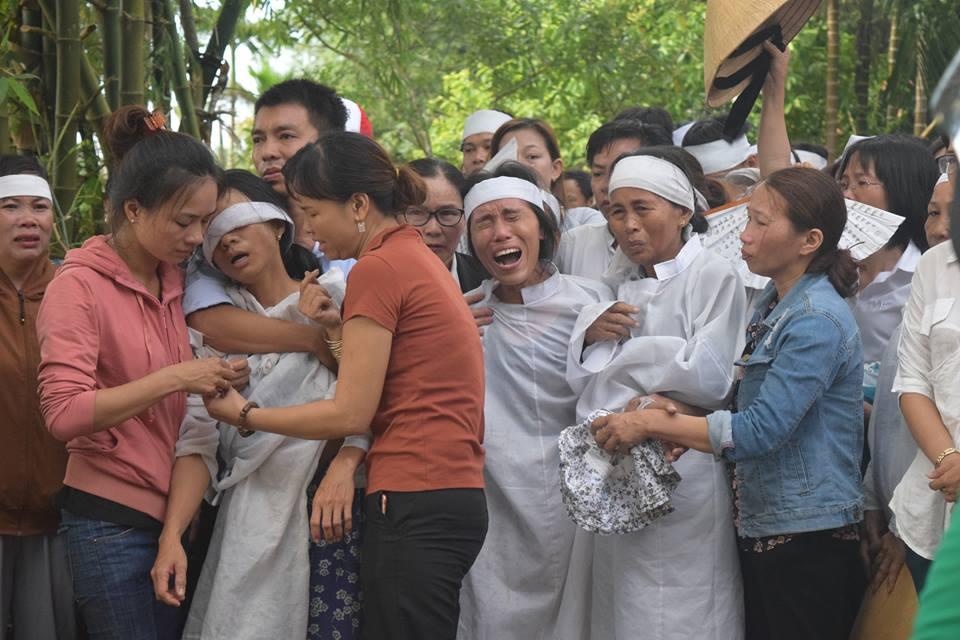 Vụ tai nạn ở Quảng Nam: Mẹ ôm cháu tật nguyền khóc nghẹn gọi con - Ảnh 2
