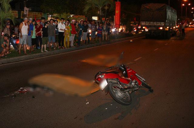 An Giang: Xe máy va quệt xe tải, 2 người tử vong - Ảnh 1