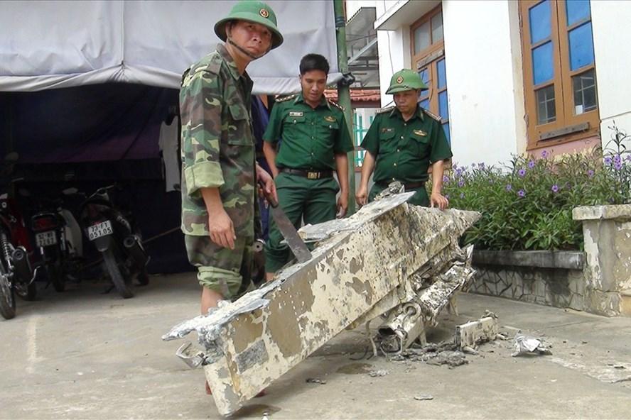 Vớt được vật thể lạ nặng 200kg nghi là mảnh vỡ của máy bay rơi xuống biển ở Quảng Bình - Ảnh 2