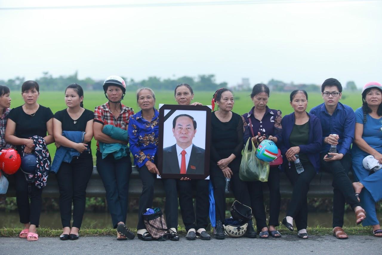 Người dân Ninh Bình ôm di ảnh Chủ tịch nước Trần Đại Quang chờ đón linh cữu - Ảnh 13