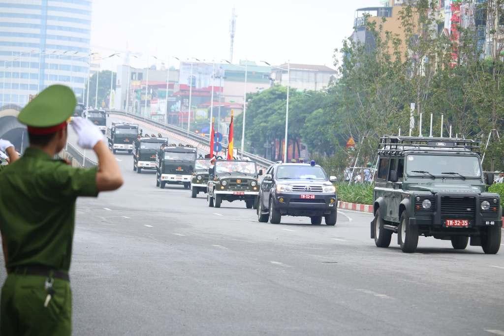 Người dân Ninh Bình ôm di ảnh Chủ tịch nước Trần Đại Quang chờ đón linh cữu - Ảnh 1