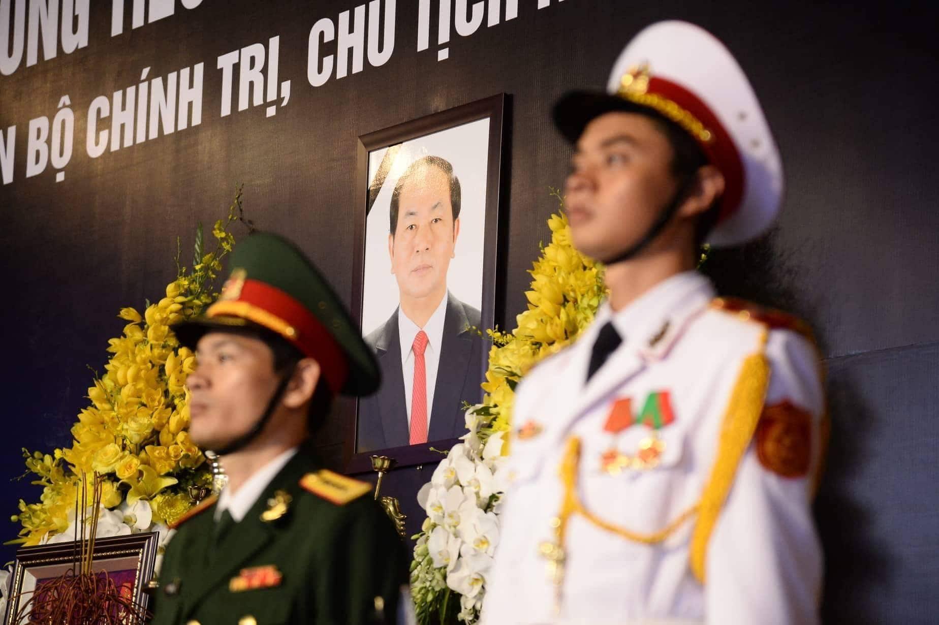 Người dân Ninh Bình ôm di ảnh Chủ tịch nước Trần Đại Quang chờ đón linh cữu - Ảnh 6