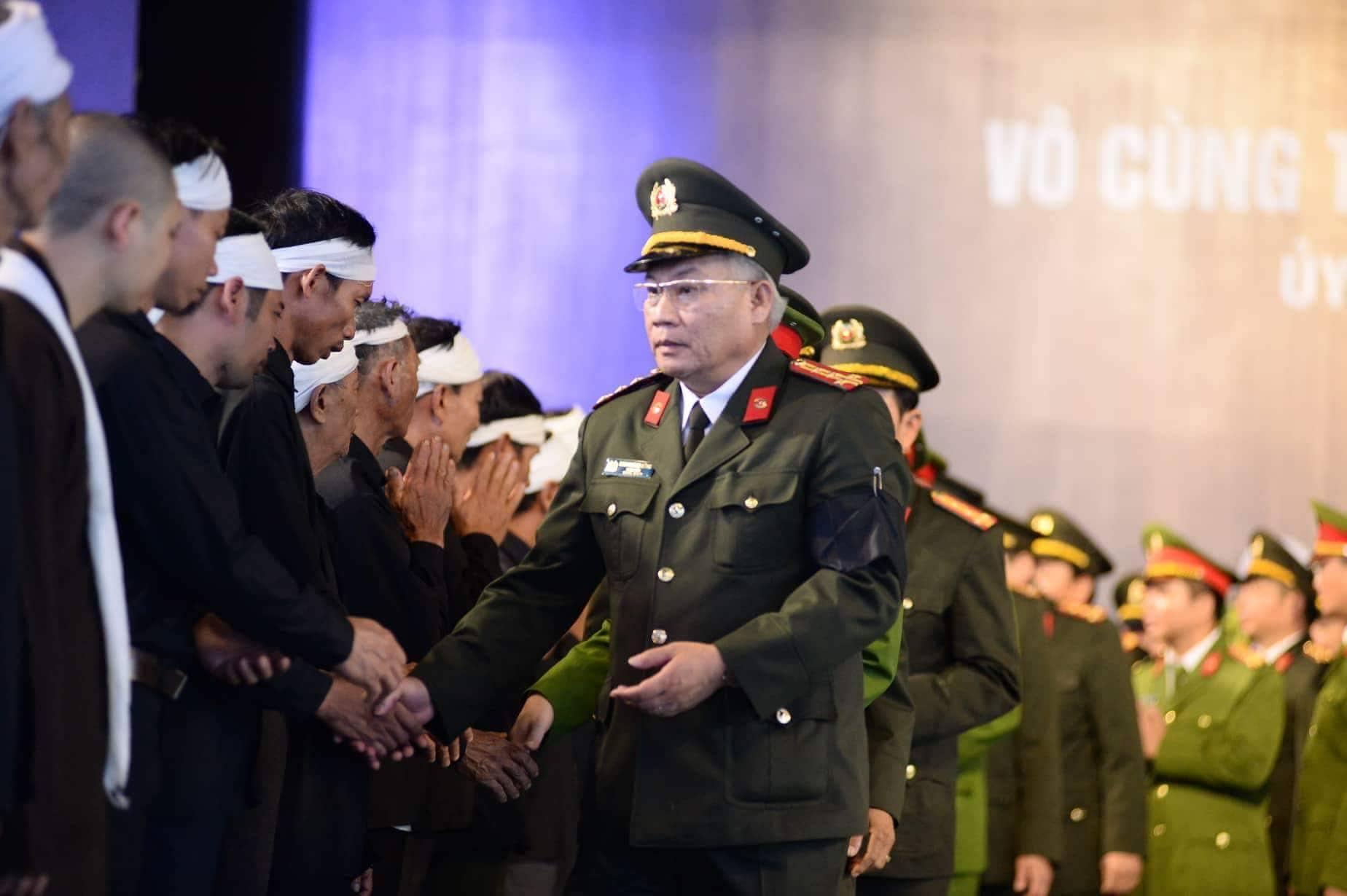 Người dân Ninh Bình ôm di ảnh Chủ tịch nước Trần Đại Quang chờ đón linh cữu - Ảnh 7