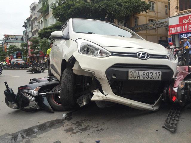 """Hà Nội: Xe """"điên"""" đâm hàng loạt xe máy, 3 người bị thương - Ảnh 1"""