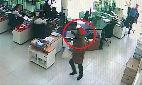 Video: Lộ diện 2 nghi phạm cướp ngân hàng ở Khánh Hòa - Ảnh 1