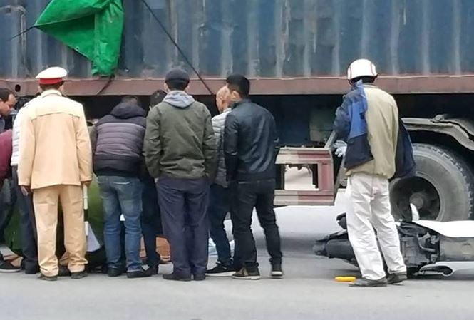 Tai nạn giao thông, đôi nam nữ đi SH tử vong dưới gầm container - Ảnh 1
