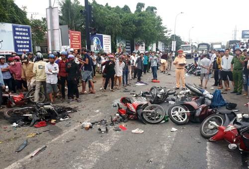 Vụ tai nạn thảm khốc ở Long An, nhiều người chết: Rùng mình hình ảnh nạn nhân nằm la liệt - Ảnh 2