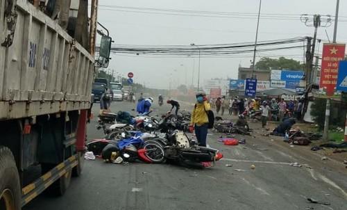 Vụ tai nạn thảm khốc ở Long An, nhiều người chết: Rùng mình hình ảnh nạn nhân nằm la liệt - Ảnh 3