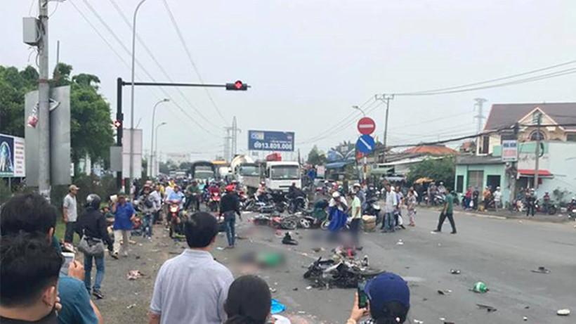 Vụ tai nạn thảm khốc ở Long An, nhiều người chết: Rùng mình hình ảnh nạn nhân nằm la liệt - Ảnh 4