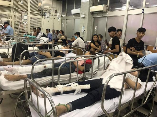 Vụ tai nạn thảm khốc ở Long An, nhiều người chết: Rùng mình hình ảnh nạn nhân nằm la liệt - Ảnh 6