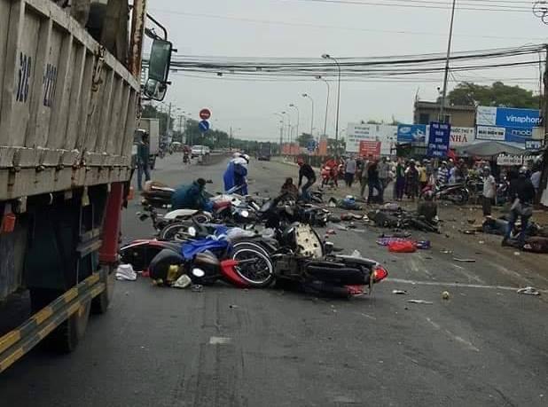 Vụ tai nạn thảm khốc ở Long An, nhiều người chết: Rùng mình hình ảnh nạn nhân nằm la liệt - Ảnh 10