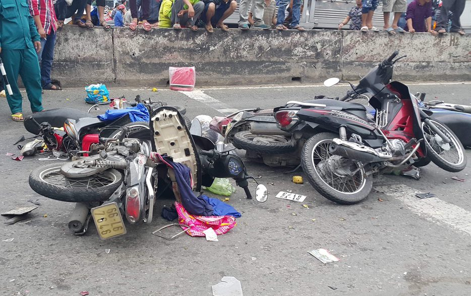 Vụ tai nạn thảm khốc ở Long An, nhiều người chết: Rùng mình hình ảnh nạn nhân nằm la liệt - Ảnh 12