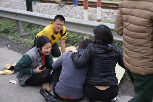 Vụ tai nạn Hải Dương: Buốt lòng cảnh người thân khóc ngất bên thi thể 8 nạn nhân trong chiều đông lạnh - Ảnh 3