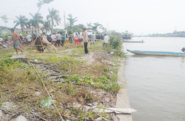 Thi thể nam giới khoảng 20 tuổi trôi dạt trên sông ở Cà Mau - Ảnh 1