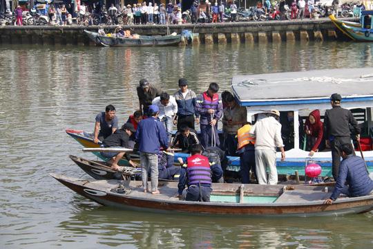 Vụ ô tô lao xuống sông Hoài, 3 người chết: Nhói lòng hình ảnh thi thể bé trai 6 tuổi kẹt trong xe - Ảnh 2
