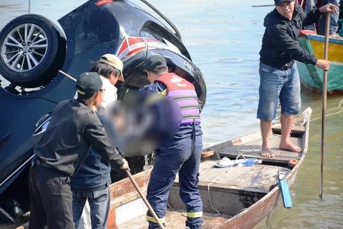 Vụ ô tô lao xuống sông Hoài, 3 người chết: Nhói lòng hình ảnh thi thể bé trai 6 tuổi kẹt trong xe - Ảnh 9