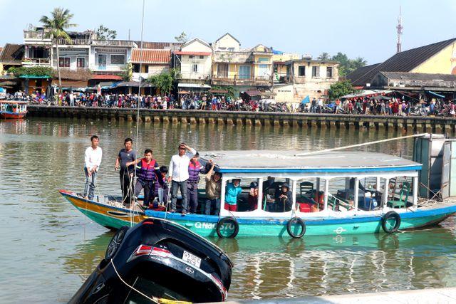 Vụ ô tô lao xuống sông Hoài, 3 người chết: Nhói lòng hình ảnh thi thể bé trai 6 tuổi kẹt trong xe - Ảnh 3